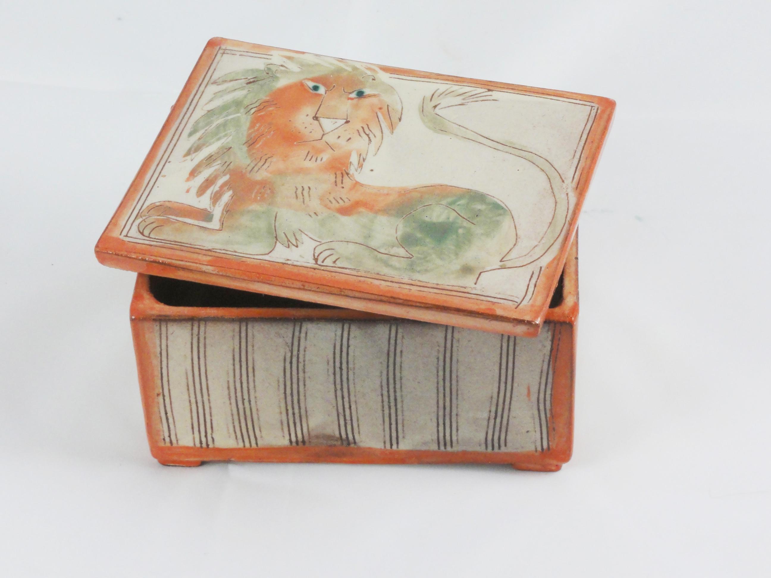 Schatulle-mit-Löwe-rot-grau